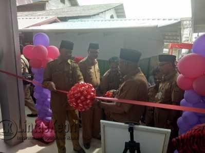 Walikota dan Wakil Walikota Tanjungpinang, Lis-Syahrul saat melakukan pemotongan pita sebagai tanda diresmikannya Pasar Baru Kota Lama Tanjungpinang di Pelantar KUD, Senin (8/5).