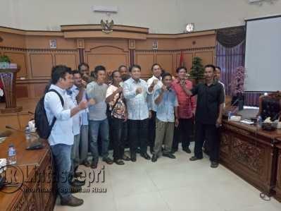Nelayan Kampung Bugis saat foto bersama dengan Anggota DPRD Tanjungpinang usai Rapat Dengar Pendapat (RDP), Selasa (9/5).
