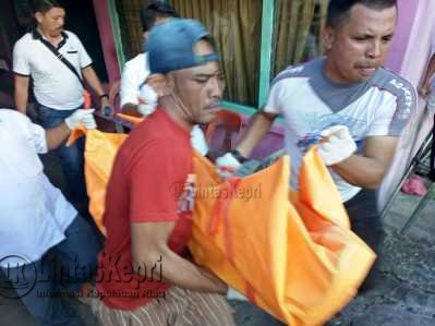 Jenazah wanita yang disebut-sebut Nami saat dievakuasi petugas.