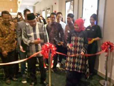 Wali Kota Tanjungpinang, Lis Darmansyah melakukan pemotongan pita sebagai tanda dibukanya (Grand Opening) Bioskop Cinema XXI Mall TCC Kota Tanjungpinang.
