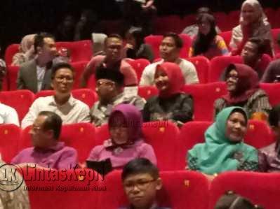 Wali Kota Tanjungpinang, Lis Darmansyah dan istri, Yuniarni Pustoko Weni serta tamu undangan saat menonton perdana di Bioskop Cinema XXI mall TCC Tanjungpinang, Kamis (25/5).