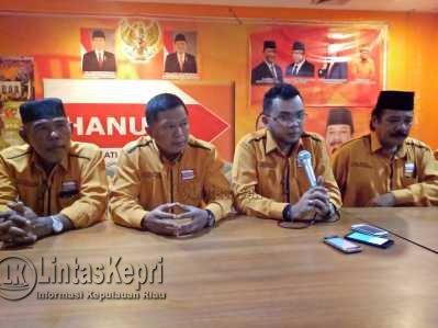 Ketua DPC Partai Hanura Kota Tanjungpinang, Rona Andaka saat menggelar konferensi pers di Kantor DPC Partai Hanura Kota Tanjungpinang, Kamis (25/5) malam.