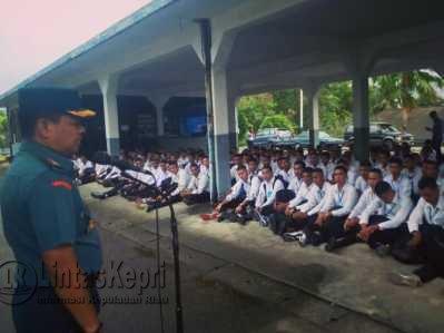 Komandan Pangkalan Utama Angkatan Laut (Danlantamal) IV Kolonel Laut (P) Ribut Eko Suyatno, sebagai Ketua Panda (Panitia Daerah) Tanjungpinang memberikan pengarahan kepada Calon Taruna AAL (Akademi Angkatan Laut) dan Bintara TNI AL tahun 2017 di Mako Lantamal IV Tanjungpinang, Jumat (12/5).