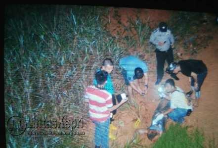 Inilah mayat seorang pria tanpa identitas yang ditemukan oleh warga disekitaran Perumahan Yasmin, Nongsa, Batam, sekitar pukul 19:30 WIB, Sabtu (13/5), tak jauh dari Bandara Hang Nadim.