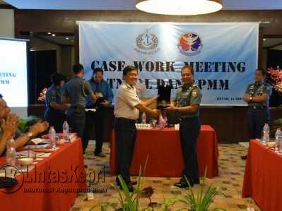 Delegasi APMM Malaysia memberikan penghargaan kepada Komandan Lantamal IV Kolonel Laut (P) R Eko Suyatno.