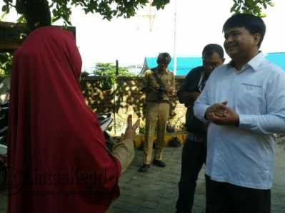Wakil Ketua I DPRD Tanjungpinang, Ade Angga saat meninjau SDN 001 Tanjungpinang Barat.