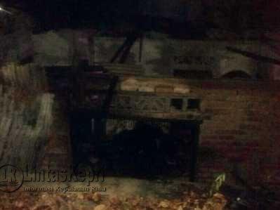 Inilah rumah yang terbakar hanya menyisakan dinding dan pondasi milik Muhammad Agus.