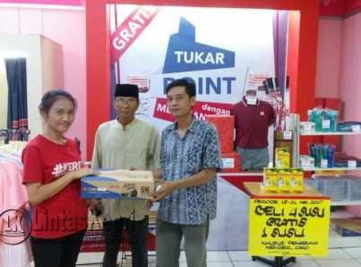 Pemberian hadiah program Ultah Ramayana kepada M. Rasip, customer Ramayana Mall Tanjungpinang.