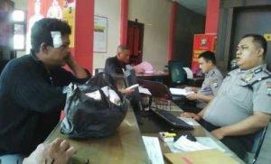 Korban Frengky Purba saat melapor ke Polsek Batam Kota.