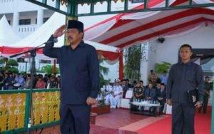 Gubernur Kepulauan Riau, Nurdin Basirun saat menjadi Inspektur Upacara (Irup) peringatan Hari Pendidikan Nasional yang disejalankan dengan Hari Kebangkitan nasional tingkat Provinsi Kepulauan Riau Tahun 2017 di lapangan kantor Gubernur, Senin (22/5).