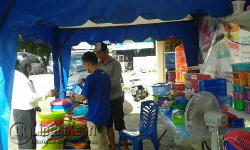 Suasana Bazar Cool Foodware dan Homeware yang dikunjungi pembeli.