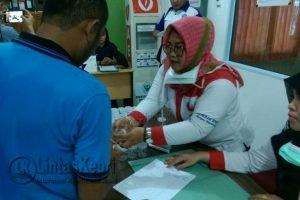 Petugas BNN saat melakukan tes urine terhadap nakhoda dan ABK kapal di pelabuhan Sri Bintan Pura Tanjungpinang, Selasa (20/6).