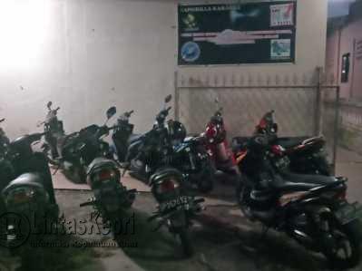 Puluhan motor terparkir dihalaman parkir Karaoke Shangrilla Jalan Gudang Minyak, Jumat (2/6).