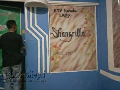 Inilah Karaoke Shangrilla di Jalan Gudang Minyak yang ditemukan buka melebihi waktu Surat Edaran Wali Kota Tanjungpinang, Jumat (2/6).