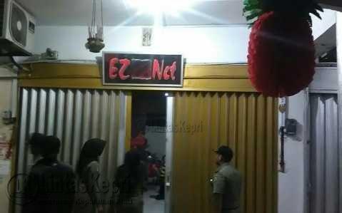 EZ Net di Jalan Pemuda. Warnet ini didapati beroperasi.