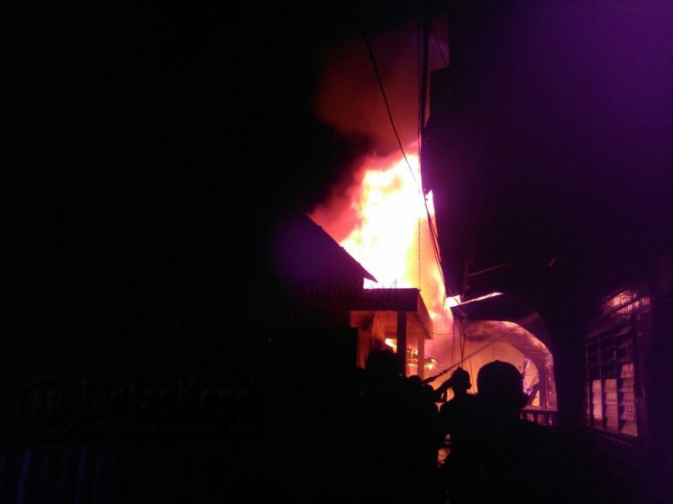 Inilah Api yang membakar rumah warga di Jalan Teladan Kota Tanjungpinang, Jumat (14/7) malam.