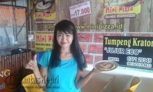 Cici karyawan outlet mini Pizza memperkenalkan mini Pizza rasa Original Chicken Stick yang sangat digemari pelanggan.