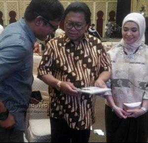 Ketua DPD RI yang juga Ketua Umum Partai Hanura Oesman Sapta Odang menerima hadiah buku berjudul Jangan Putus OSO dari Ramon Damora, wartawan senior dari Tanjunginang