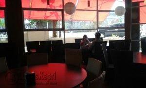 Suasana design ruangan Restaurant Hanly Cafe yang terkesan menarik bagi pengunjung.