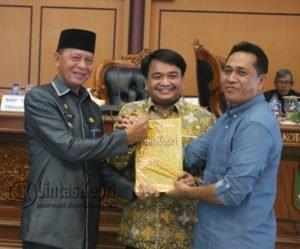 Wakil Walikota Tanjungpinang, H. Syahrul, S.Pdi menyerahkan Ranperda 2017 kepada Wakil Ketua I, Ade Angga, S.IP., MM dan Wakil Ketua II, Ahmad Dani. (Foto: Ist)
