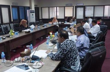 Ketua Komisi III DPRD Kepri Widiastadi Nugroho dan anggota menguji salah satu komisioner Siti Rimbun
