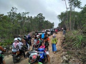 Tampak kemacetan panjang terjadi di jalan menuju wisata Bukit Kapur.