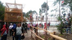 Para pengunjung tampak memadati wisata Bukit Kapur.