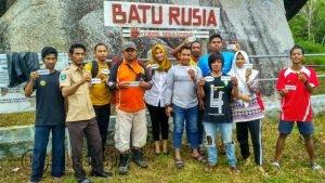 Karang Taruna Desa Sepempang saat melaksanakan gotong royong membersihkan objek wisata sejarah Batu Rusia.