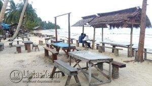 Tampak kursi para pedagang di Pantai Tanjung banyak yang kosong, akibat sepinya pengunjung. Minggu (07/01/2017) petang.