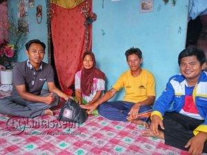 Tampak tim FKPS dan Komuna saat menyerahkan bantuan berupa sembako kepada para Lansia di Puak.