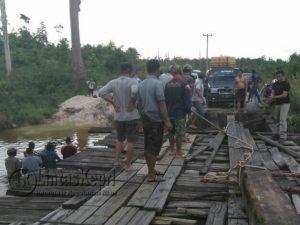 Antrean kendaraan saat menunggu jembatan diperbaiki sementara.