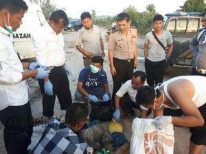 Anggota Kepolisian dari Polres Natuna saat melakukan identifikasi kepada jasad korban.