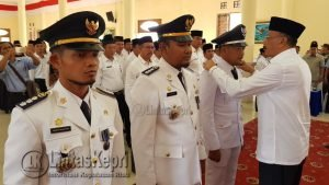 Bupati saat menyematkan tanda plakat jabatan kepada para Camat yang dilantik.