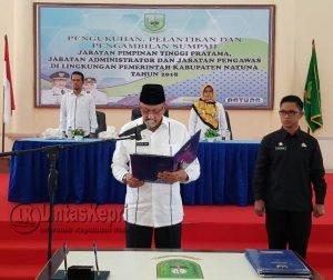Bupati Hamid Rizal saat membacakan sumpah jabatan kepada para pejabat yang dilantik.