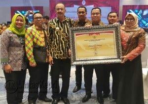 Bupati Natuna Hamid Rizal foto bersama pimpinan OPD Natuna dengan menunjukkan piagam penghargaan dari Menpan RB.