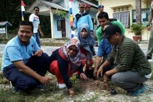 Wabup Ngesti Yuni Suprapti saat menanam pohon pucuk merah secara simbolis.