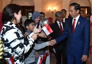 Presiden Jokowi saat menyalami WNI yang berada di Negara Pakistan.