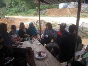 Tampak Menteri Kelautan dan Perikanan RI, Susi Pudjiastuti saat menikmati secangkir kopi hitam disalah satu kedai milik warga Tanjung Kumbik, Pulau Tiga Barat.