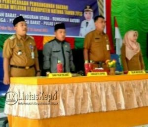 Menyanyikan Lagu Indonesia Raya, sesaat sebelum acara dimulai.