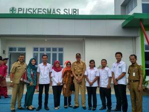Bupati Foto bersama Kepala UPT Puskesmas Subi dan para petugas medis.