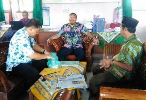 Tampak Kadisduk Ilham Kauli dan Kabid Pendataan dan Pendaftaran Kependudukan, Trisulo, tengah berbincang dengan Kepsek SD 001 Harapan Jaya, Burhaji.