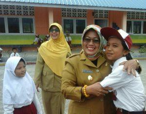 Wabup Natuna Ngesti Yuni Suprapti saat memeluk salah seorang siswi SDN 005 Sepempang.