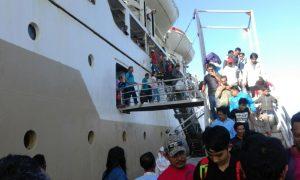 Penumpang KM Bukit Raya saat bersandar di Pelabuhan Selat Lampa, Natuna.