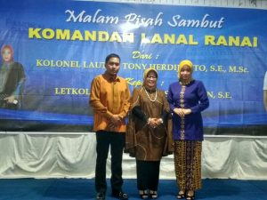 Danlanal Ranai Kolonel Laut (P) Tony Herdijanto beserta istri foto bersama Wabup Natuna Hj. Ngesti Yuni Suprapti.
