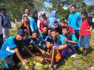 Wabup Ngesti saat menanam pohon bersama siswa siswi dan masyarakat di Bunguran Tengah.