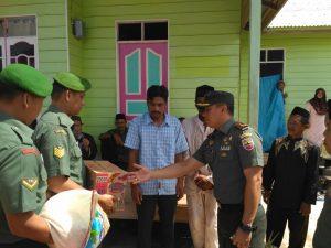 Dandim 0318/Natuna serahkan bantuan sembako kepada keluarga korban.