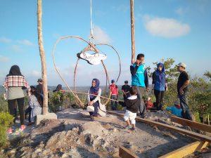 Para pengunjung tampak sedang menikmati pemandangan dipuncak Gunung Gundul.