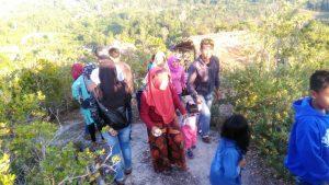 Tampak pengunjung berbondong-bondong mendaki puncak Gunung Gundul.
