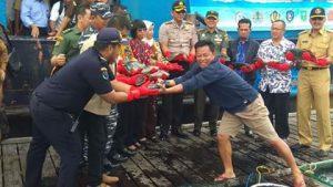 Nato (celana pendek) saat menyerahkan ikan napoleon untuk di ekspor ke Hongkong, secara simbolis.