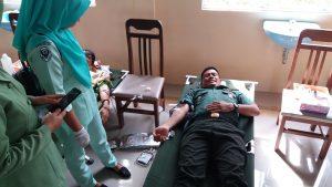 Tampak anggota Kodim 0318/Natuna sedang melakukan donor darah.